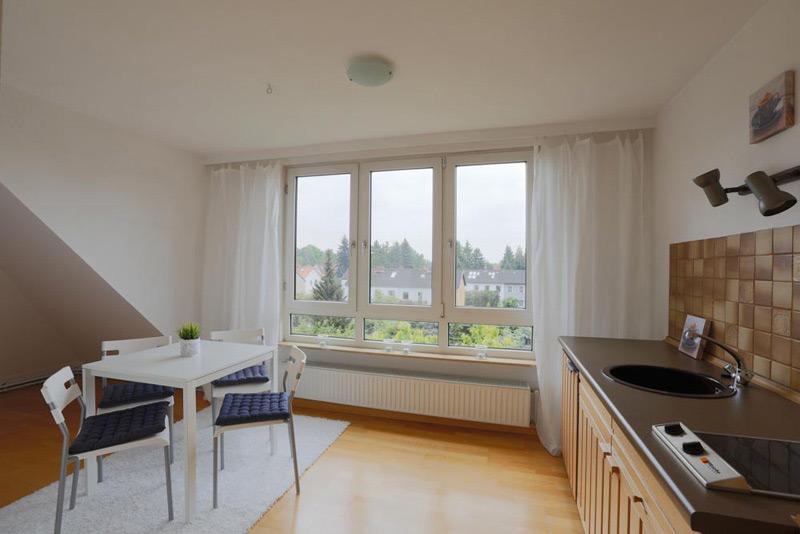 Küche und Esszimmer Kombi mit einem Überblick über die anliegenden Häuser