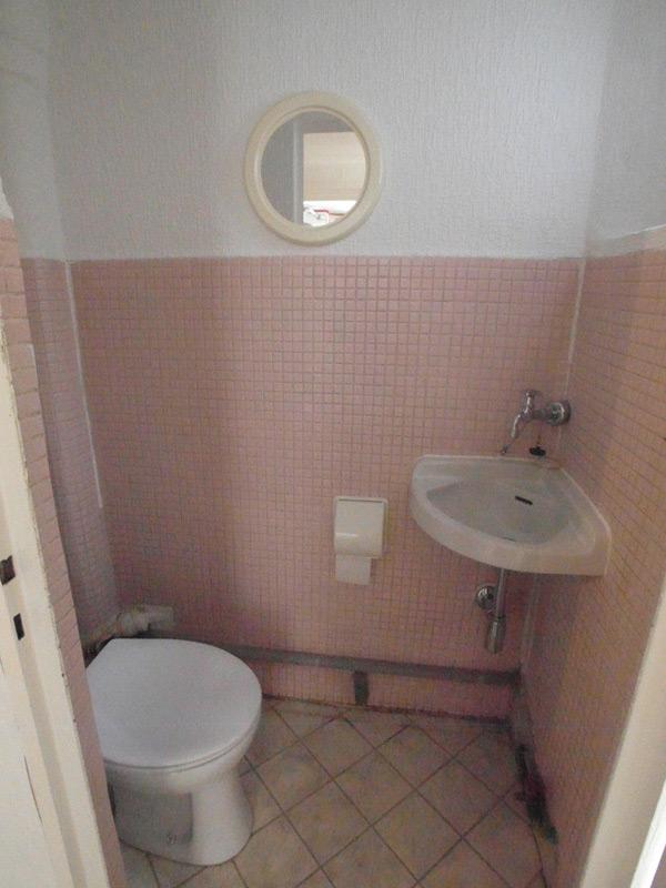 Badezimmer mit rosa Mosaikfliesen
