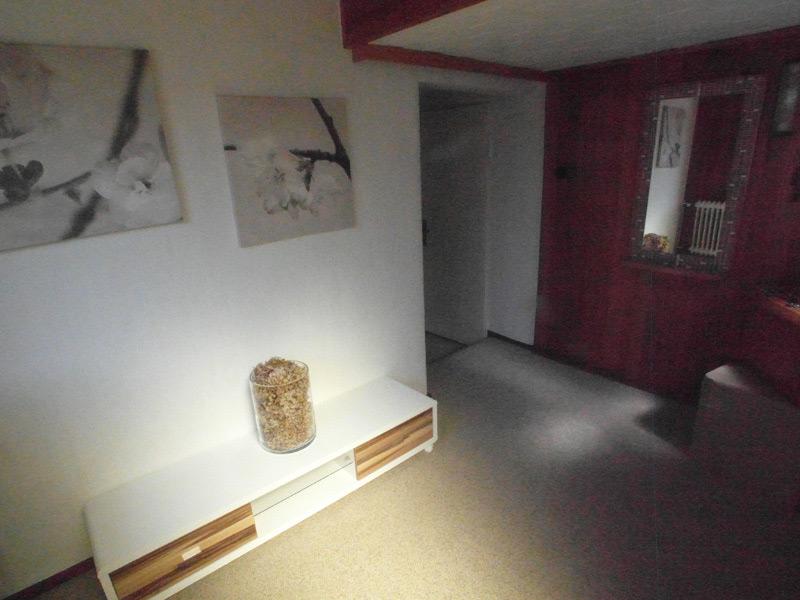 Helles Wohnzimmer mit kontrastierenden Wänden und einem modernen TV-Schrank Ständer