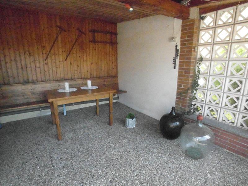 Sitzbank entlang der Wand einer überdachten Terrasse