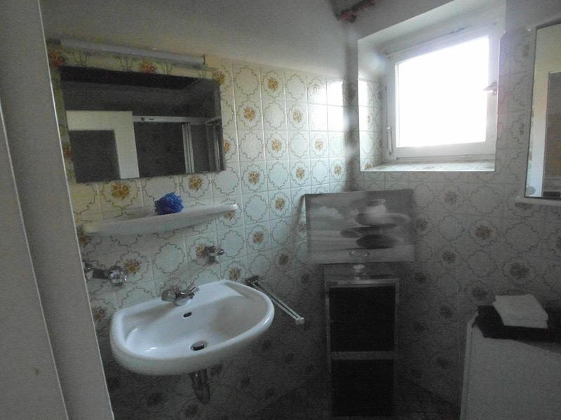 Badezimmer mit alten, floralen Fliesen