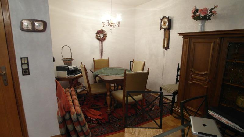 Alter Holztisch mit zugehörigen Stühlen auf einem Orientteppich