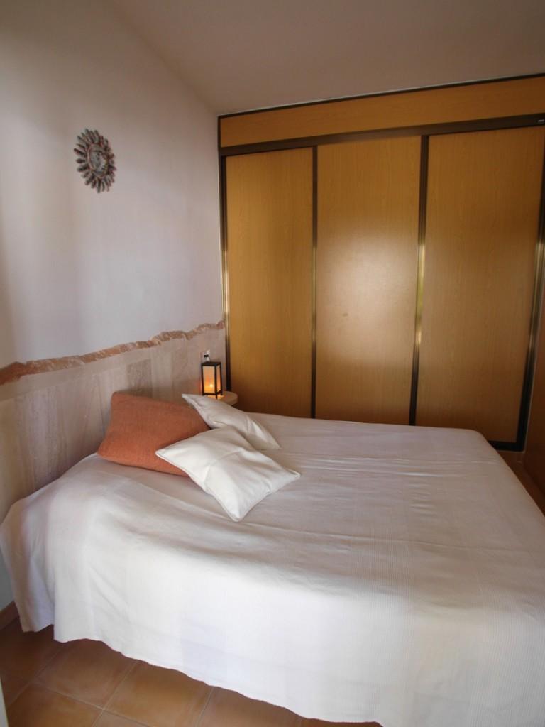 Schlafzimmer mit einem Mediterranen Farbklima und einem weißen Doppelbett