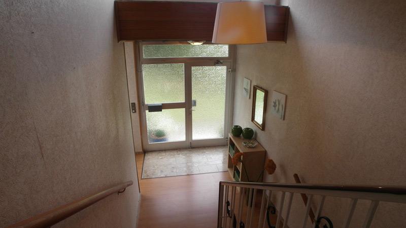 Blick auf eine Eingangstür aus Sicht des Treppensatzes