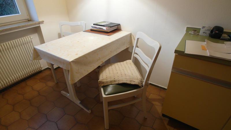 Ein kleiner Küchentisch mit zwei Stühlen