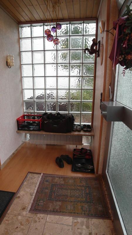 Eingangsbereich mit Schuhen, einer Sporttasche und einer altmodischen Fußmatte