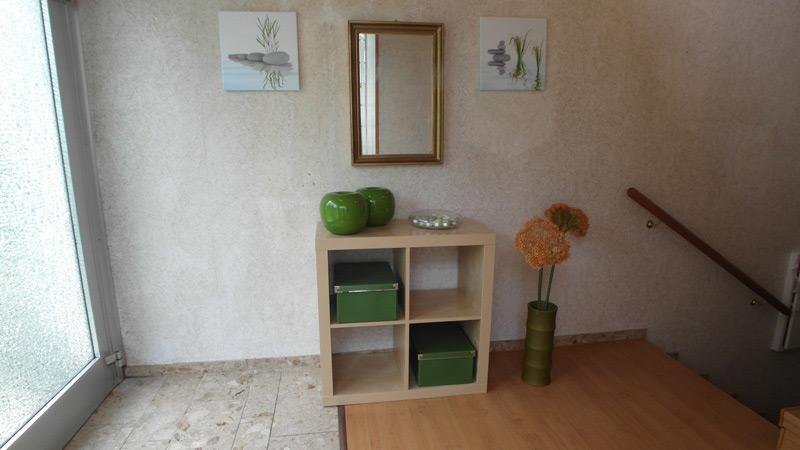 Eingangsbereich mit einem Kistenregal