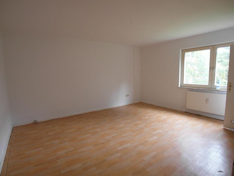 Leeres, weißes Zimmer mit Laminatboden