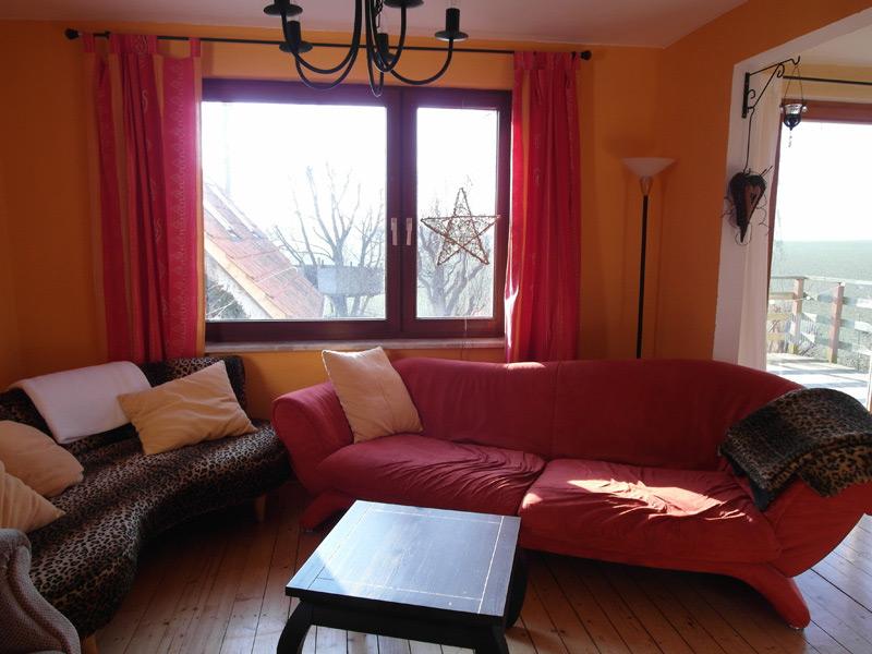 Wohnzimmer in Rot und Orange mit einem Leopardenmuster als Akzent