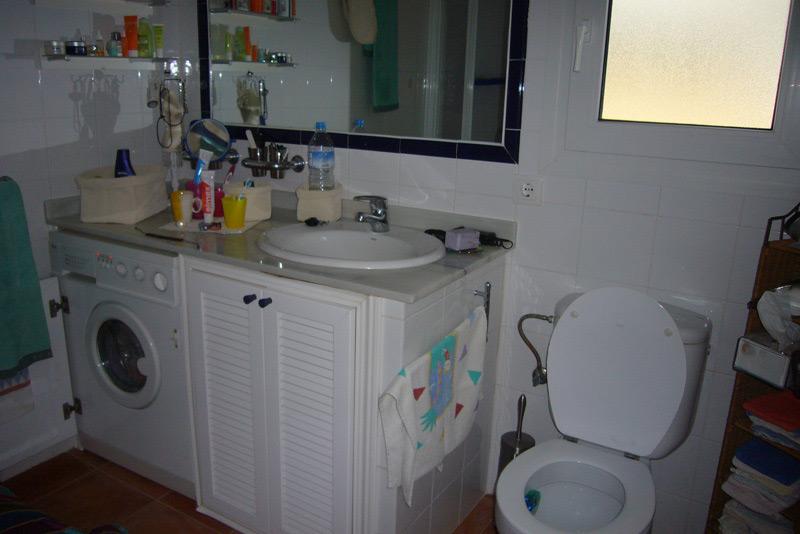 Einbauwaschbecken in einem Badezimmerschrank für Waschbecken und Waschmaschine