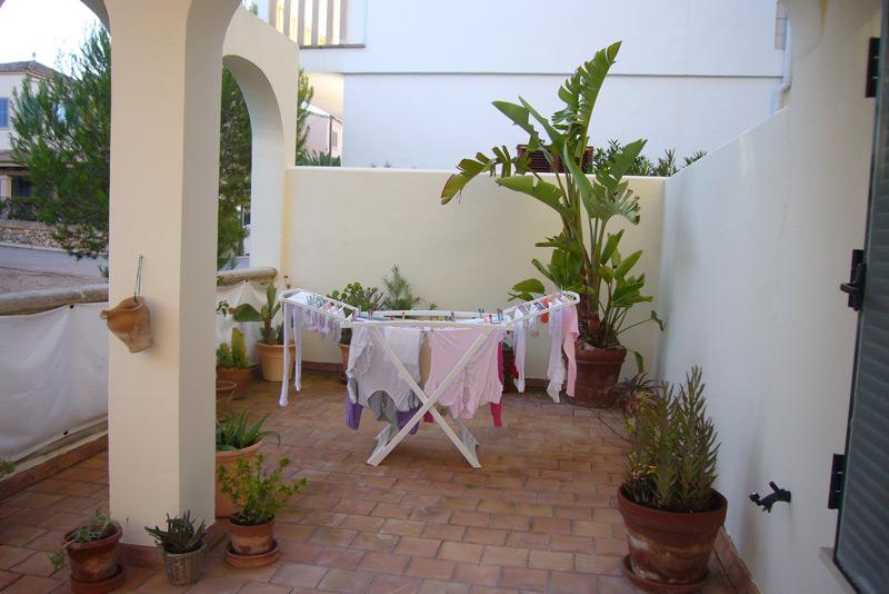 Mediterraner Balkon mit einem Wäscheständer