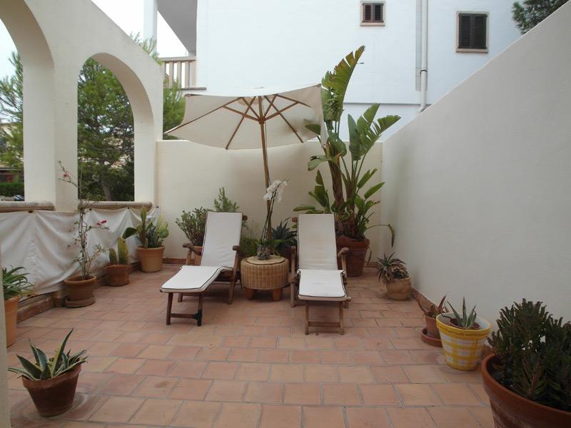 Mediterraner Balkon mit liegen und mehreren Grünpflanzen