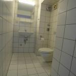 Schmales, weißes Badezimmer