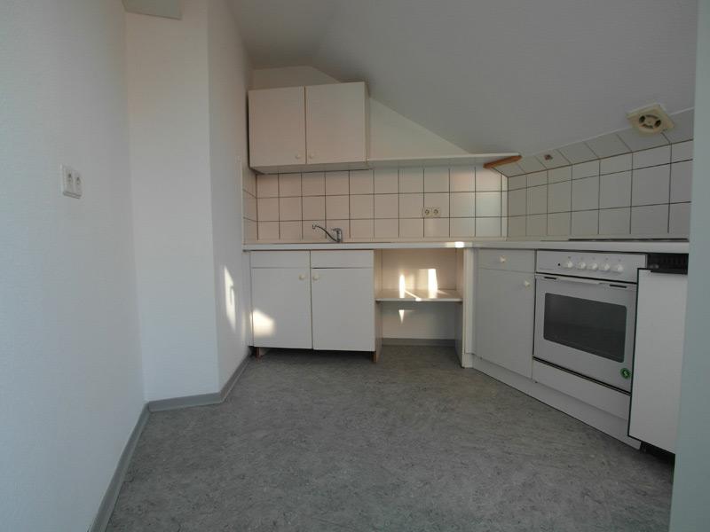 Weiße Küche mit hellgrauem Boden