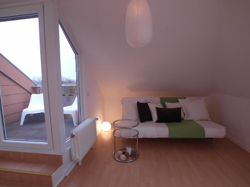 Kleines Zimmer mit Zugang zu einem Balkon