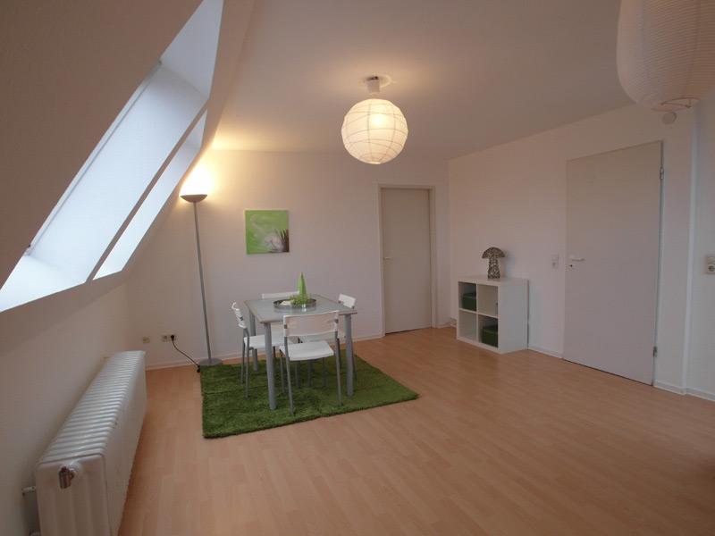 Weißes Esszimmer mit Laminatboden und einem Lampignon-Hängeläuchtenschirm