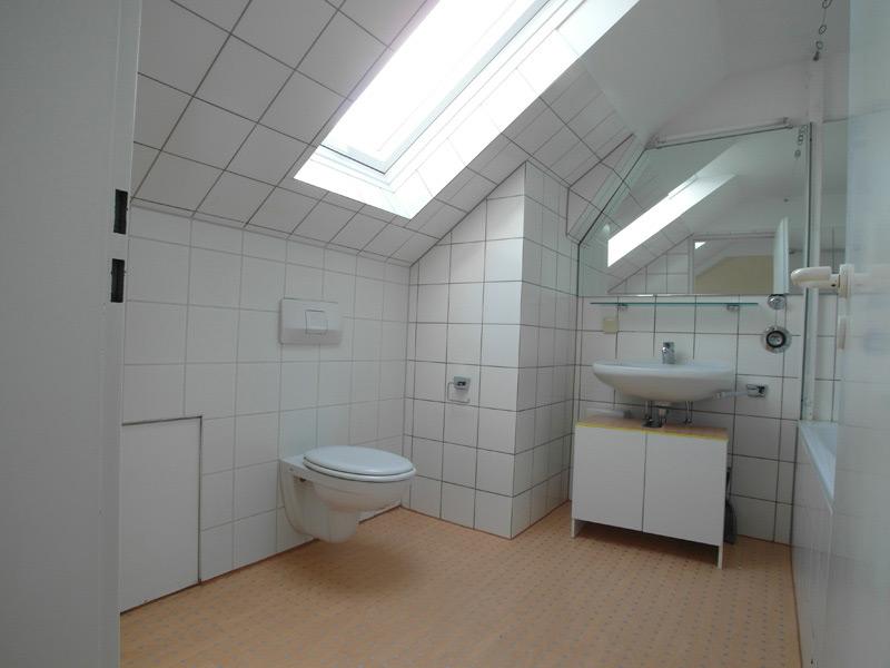 Weißes Badezimmer mit tonfarbenem Teppich