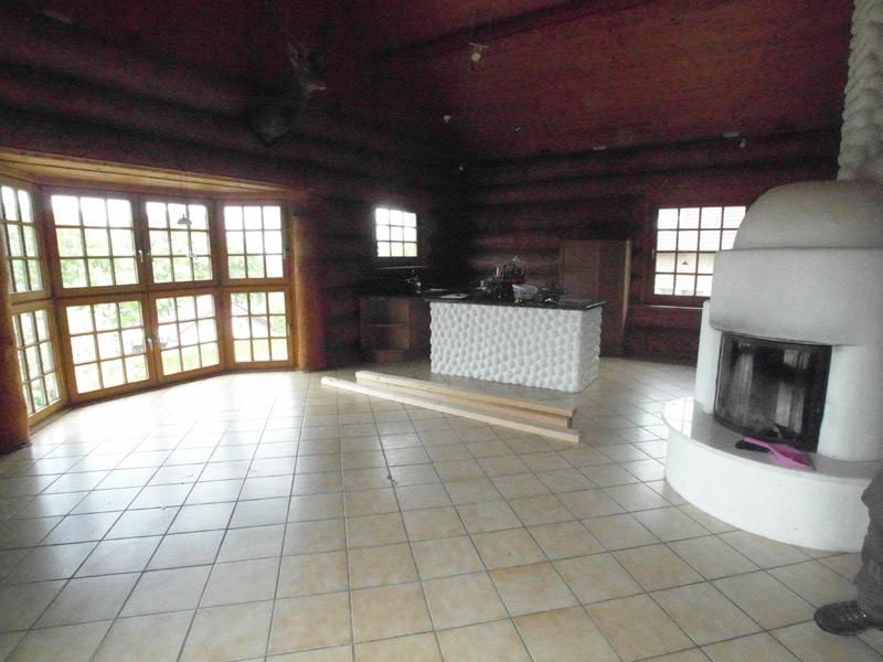 Rustikale Landhausküche mit einem Ofen in der Raummitte