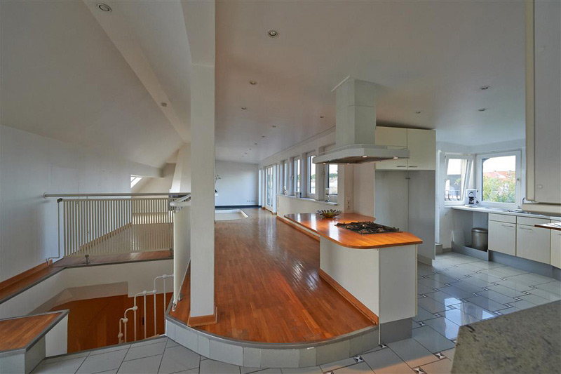 Langer Flur an einer offenen Küche
