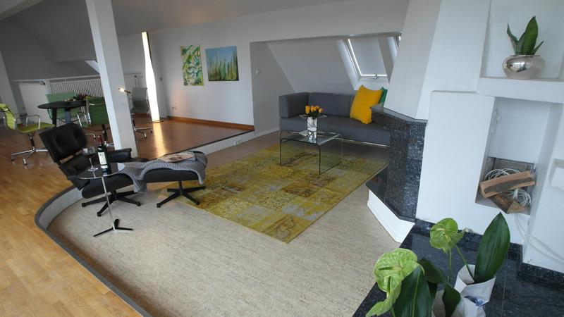 Ess- und Wohnzimmer mit einer abgestuften Ecke für den Wohnzimmerbereich