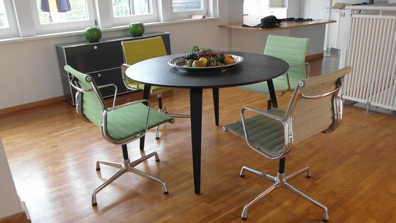 Runder Esstisch aus Holz mit vier Stühlen