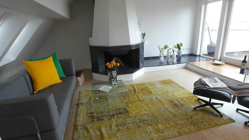 Weißes Wohnzimmer mit einem mit Marmor verkleideten Kamin
