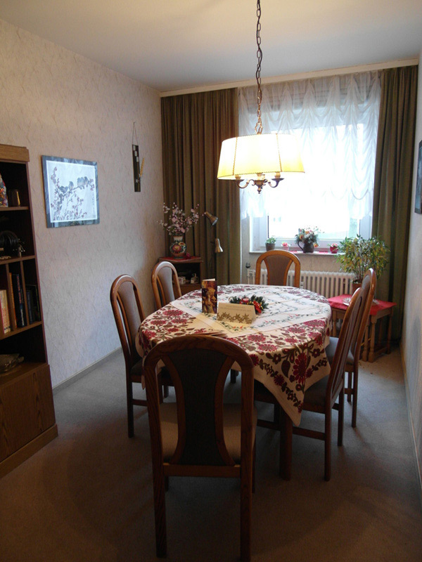 Esstisch mit sechs Stühlen in einem altmodischen Wohnzimmer