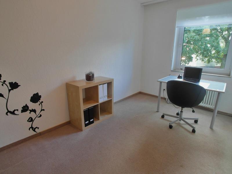 Arbeitszimmer mit einem Rosen-Wandtattoo