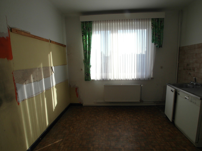 Leeres Zimmer mit kaputter Wand