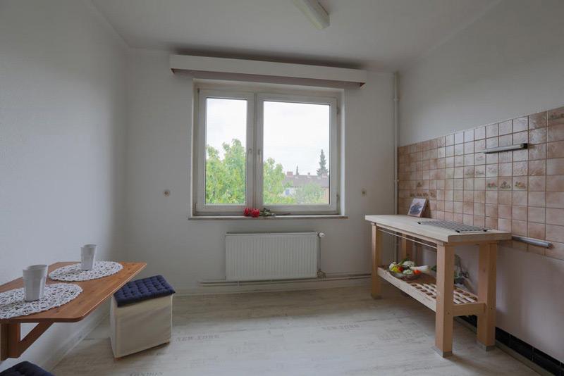 Kleines Esszimmer mit einem Wandtisch und zwei Schemeln
