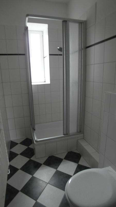 Kompaktes Badezimmer mit einem Schachbrettboden