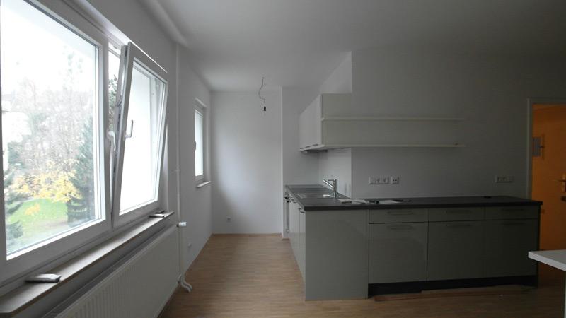 Weiße Küche, die sich noch im Aufbau befindet