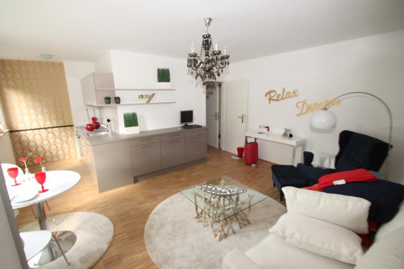 """Weißes Ess-und Wohnzimmer mit einem Wandtattoo mit den Worten """"Relax"""" und """"Dream"""""""