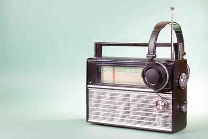 Altes Retro- Radio und Kopfhörer