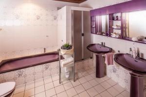Weißes Badezimmer mit violetten Akzenten und violetten Muschel-Waschbecken
