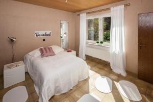 Schlafzimmer mit hellem, rot-braunem Farbklima