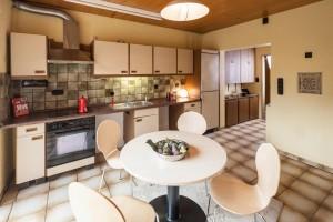 Ocker- und beigefarbene Küche