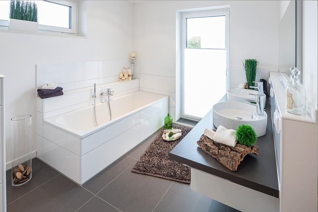 Modernes, helles Badezimmer mit großen Wand- und Bodenfliesen