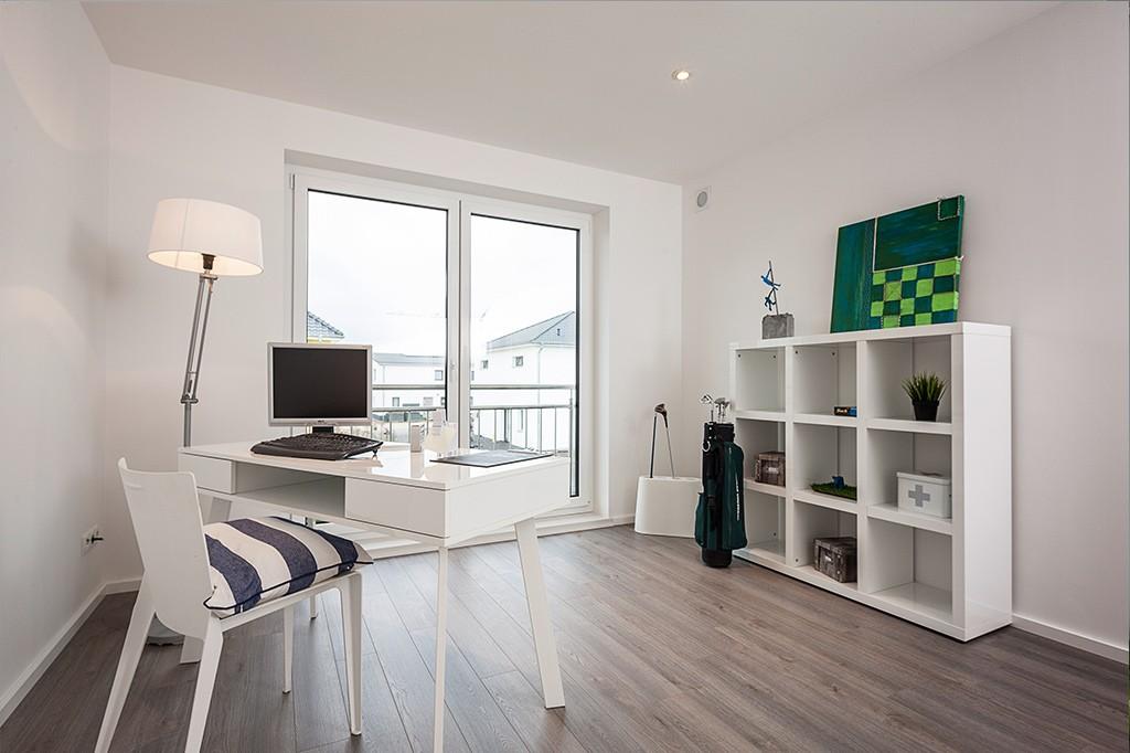 Helles, weißes Arbeitszimmer mit dunklem Holzboden