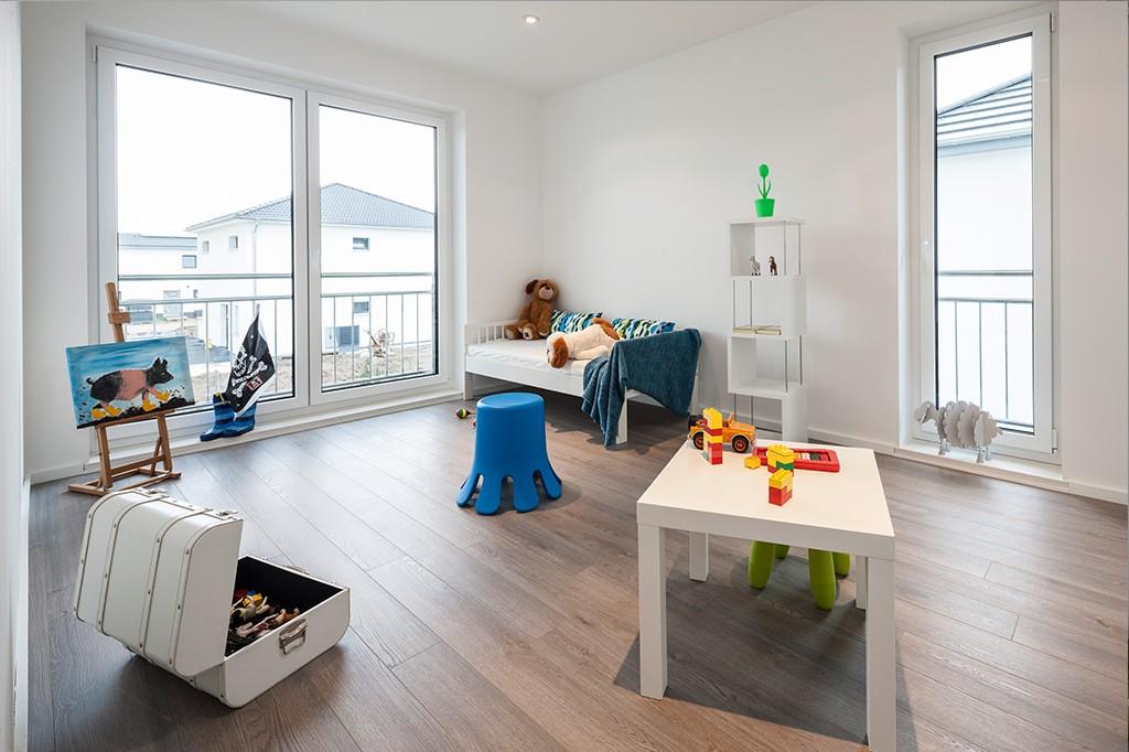 Helles, weißes Kinderzimmer mit Holzboden