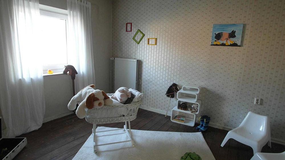Rustikales Kinderzimmer mit Holzboden und cremefarbener Tapete