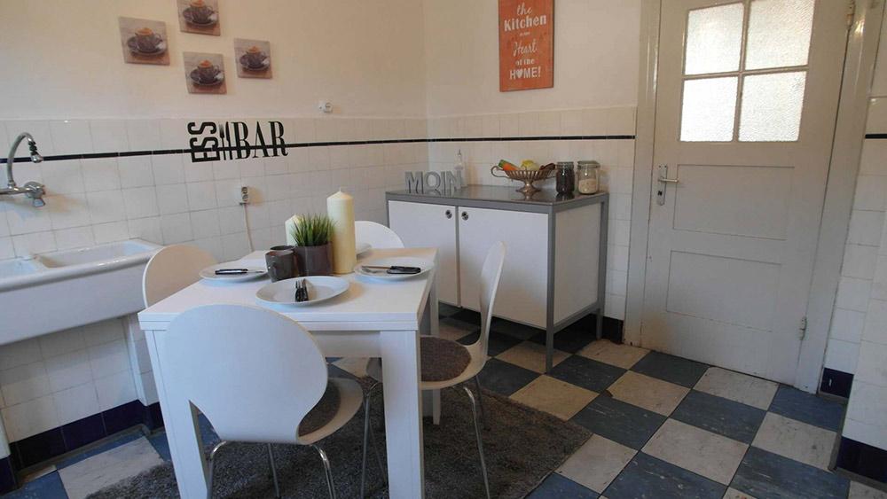Rustikale Küche mit Wandfliesen und trendy Grunge-Look