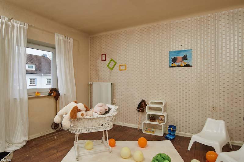 Rustikales Kinderzimmer mit Holzboden und hellbeiger Tapete