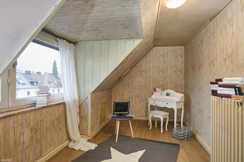 Kleines, rustikales Zimmer mit einer Dachschräge