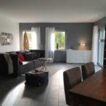 Modernes Wohnzimmer in einem warmen Grau